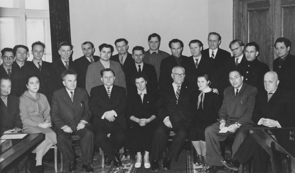Алесь Якімовіч (сядзіць трэці злева) сярод беларускіх пісьменннікаў. 1959 г.