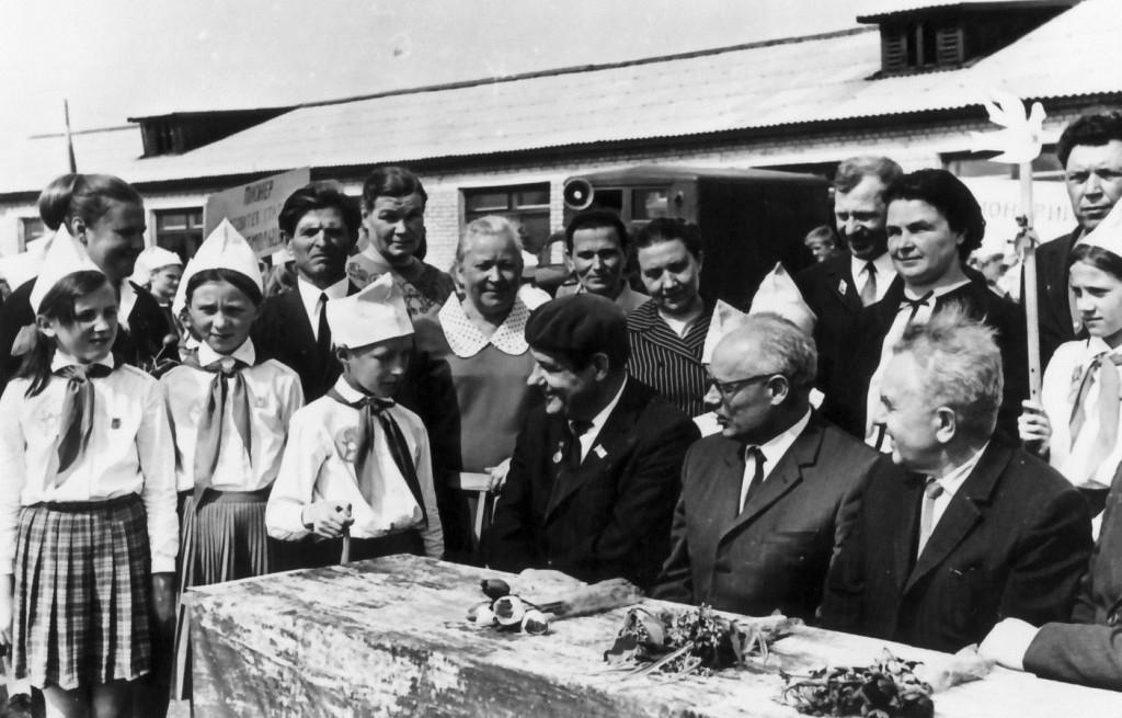 Іван Мележ, Пятрусь Броўка і Алесь Якімовіч з удзельнікамі сустрэчы. 1972 г.