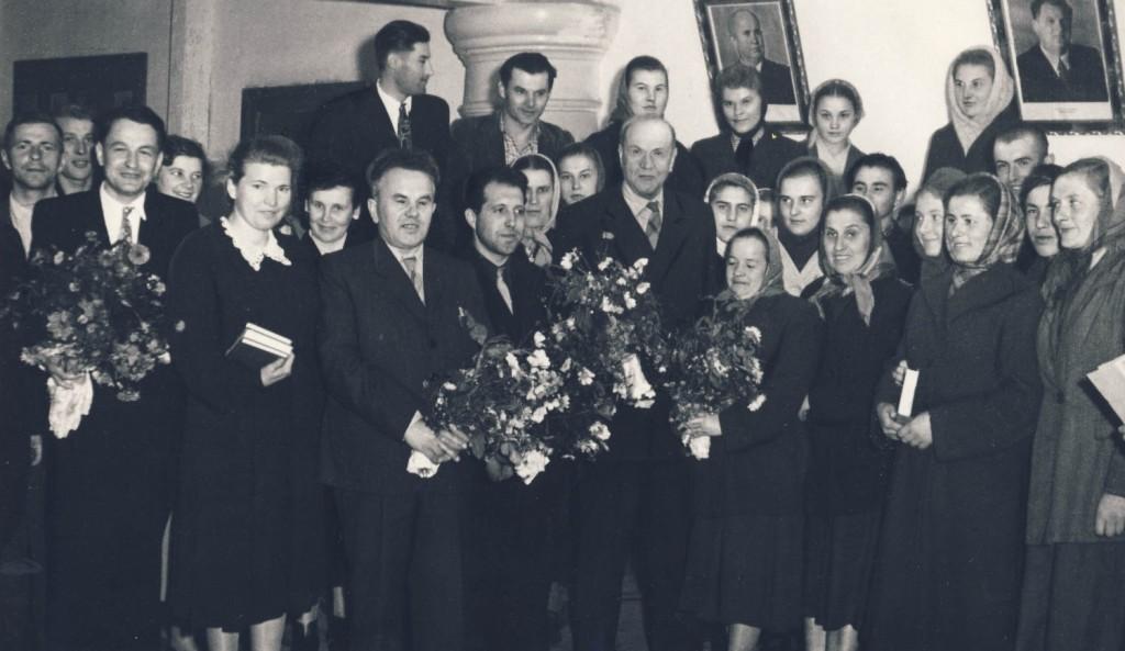 Якімовіч Алесь і Крапіва Кандрат сярод землякоў. Уздзенскі раён. 1958 г.